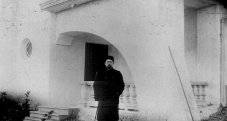 А. П. Чехов у дома. 1900 год